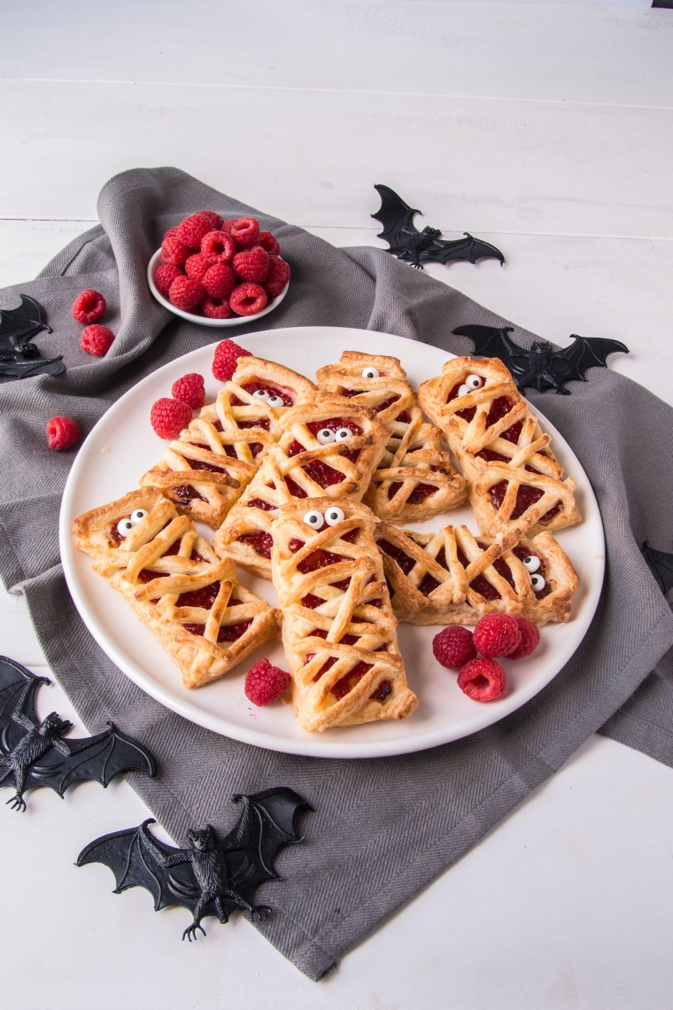 BerryWorld Raspberry puff pastry mummies - Side portrait 4